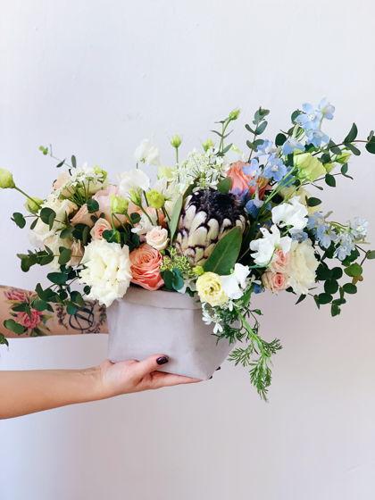 Композиция из живых цветов в крафт-мешочке L