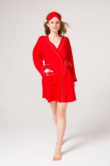 Красный халат из итальянского смесового шелка -миди. Отделан белым кантом.