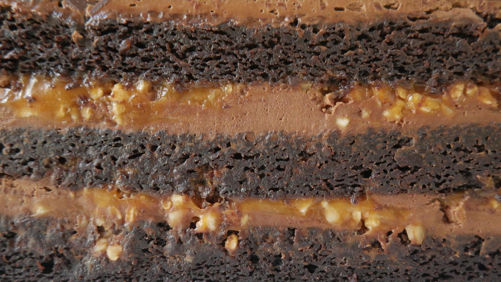 """Веганский торт """"Сникерс"""" с солёной карамелью"""