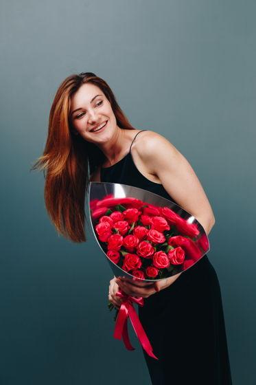 """Монобукет роз в упаковке из зеркального картона """"Женева"""""""