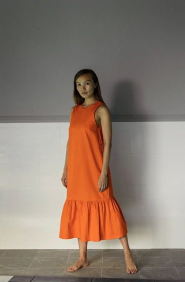Оранжевое платье с V-вырезом на спине