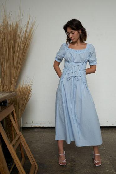Голубое платье со шнуровкой из фактурного батиста