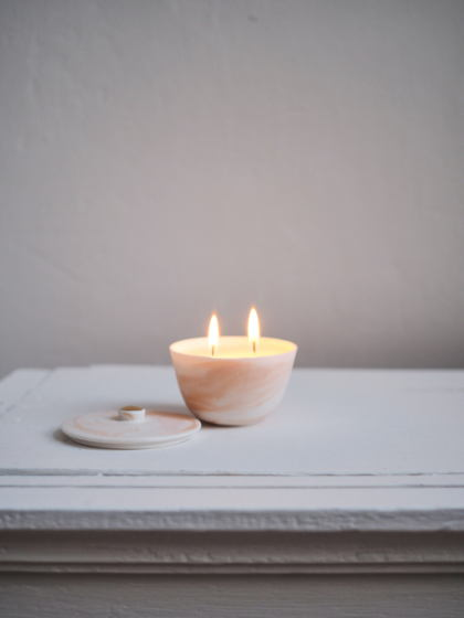 Ароматическая свеча в фарфоровом подсвечнике Амаретто.