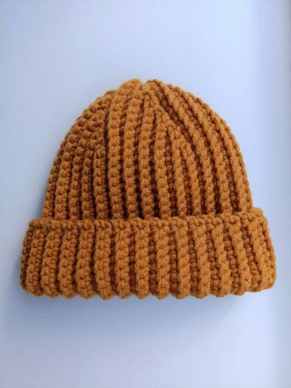 Зимняя шапка бини горчичного цвета