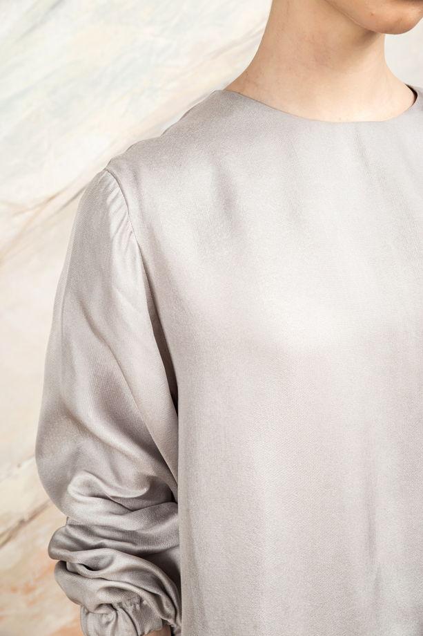 Серая блуза из купры с бархатными лентами.