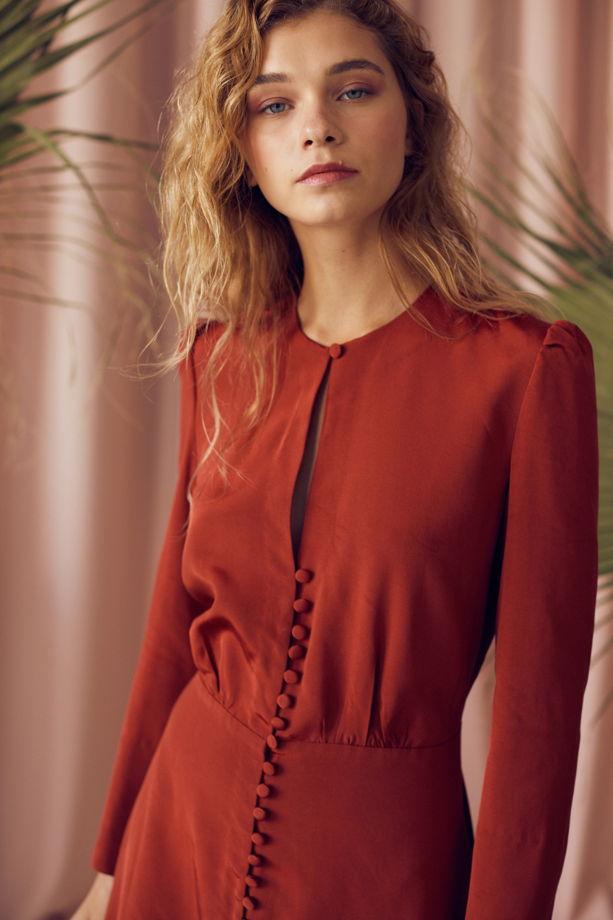 Терракотовое платье с застежкой на пуговицы