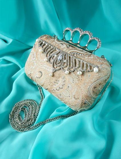 Клатч бежевый с серебряным кастетом, натуральным жемчугом и узором пейсли