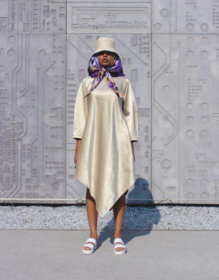Бежевое платье с ассиметричным низом