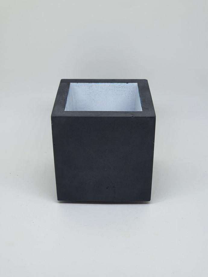 Черно-белый стаканчик из бетона