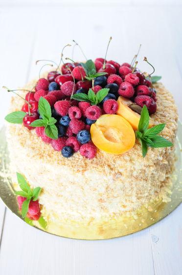 Торт Наполеон (с. ягодами и крошкой)