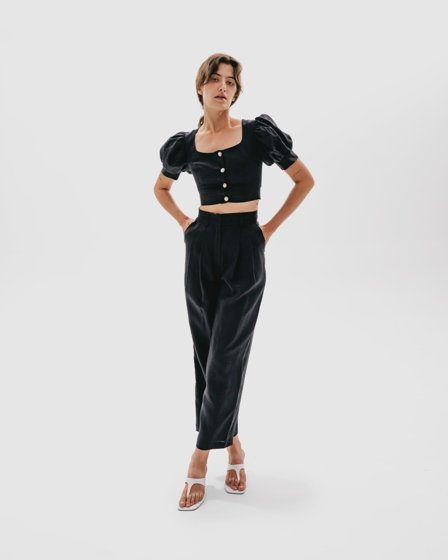 Льняной комплект из кроп-топа и брюк в черном цвете