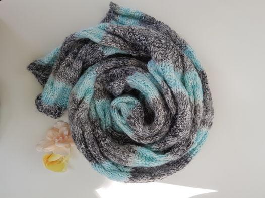 Вязаный длинный шарф в серо-бирюзовую полоску