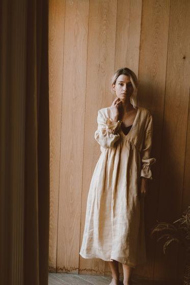 Льняное платье с глубоким вырезом