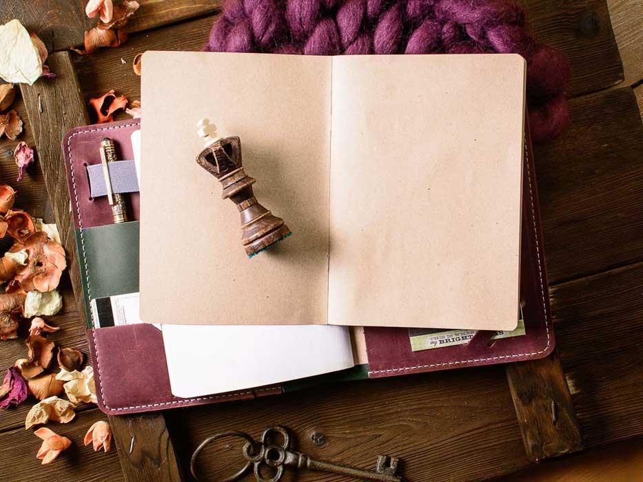 Кожаный ежедневник органайзер -LEGACY- со сменными блокнотами А5 цвет Зеленый с Бордовыми вставками