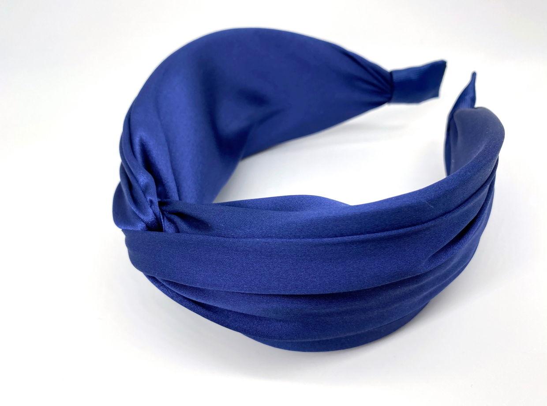 Ободок из 100% натурального атласного шёлка насыщенного синего цвета.
