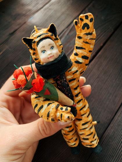"""Ватная елочная игрушка ручной работы и росписи """"Тигр c кульком мандарин"""". Символ года 2022 тигр"""