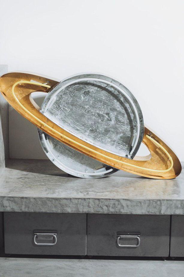 Сатурн из металла с неоновой подсветкой