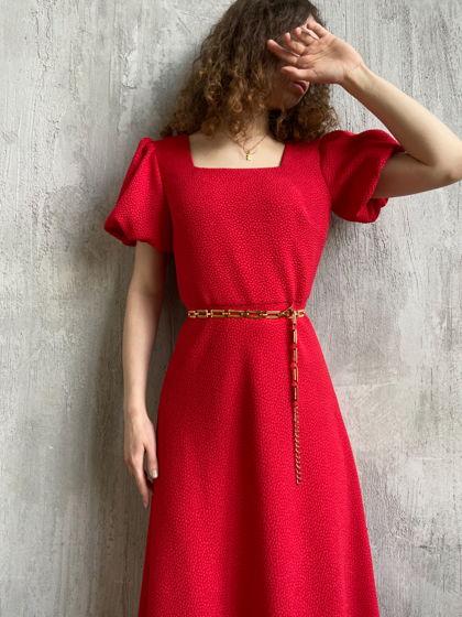 Красное платье из фактурной ткани актуального силуэта с юбкой клёш и рукавом фонариком