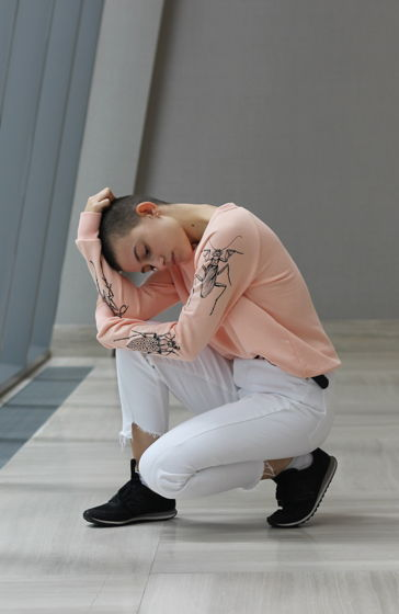 """Розовый женский свитшот с принтом на рукавах """"Insects"""""""