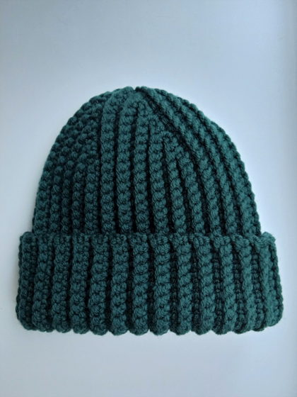 Зимняя шапка бини изумрудного цвета